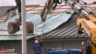 Das Aldi-Dach in Gebenstorf wurde von «Sabine» in Mitleidenschaft gezogen. Der «TeleM1»-Beitrag.
