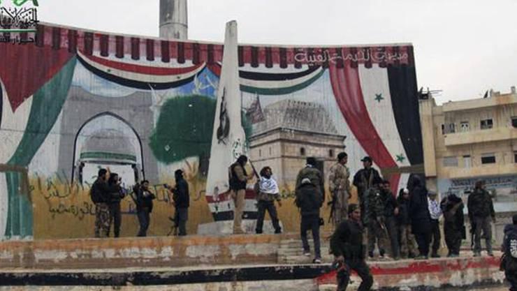 Kämpfer der Rebellengruppe Ahrar al-Scham feiern nach der Einnahme einer syrischen Stadt. (Archivbild)