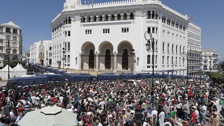 Am algerischen Unabhängigkeitstag haben erneut Zehntausende Menschen gegen die Führungselite protestiert. In der Hauptstadt Algier versammelten sich die Demonstranten zunächst wie üblich vor der Hauptpost. (Bild vom 28. Juni)