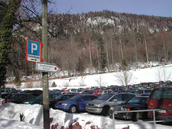 Als die Seilbahn noch fuhr: Einfahrt zum unteren Parkplatz im Februar 2004