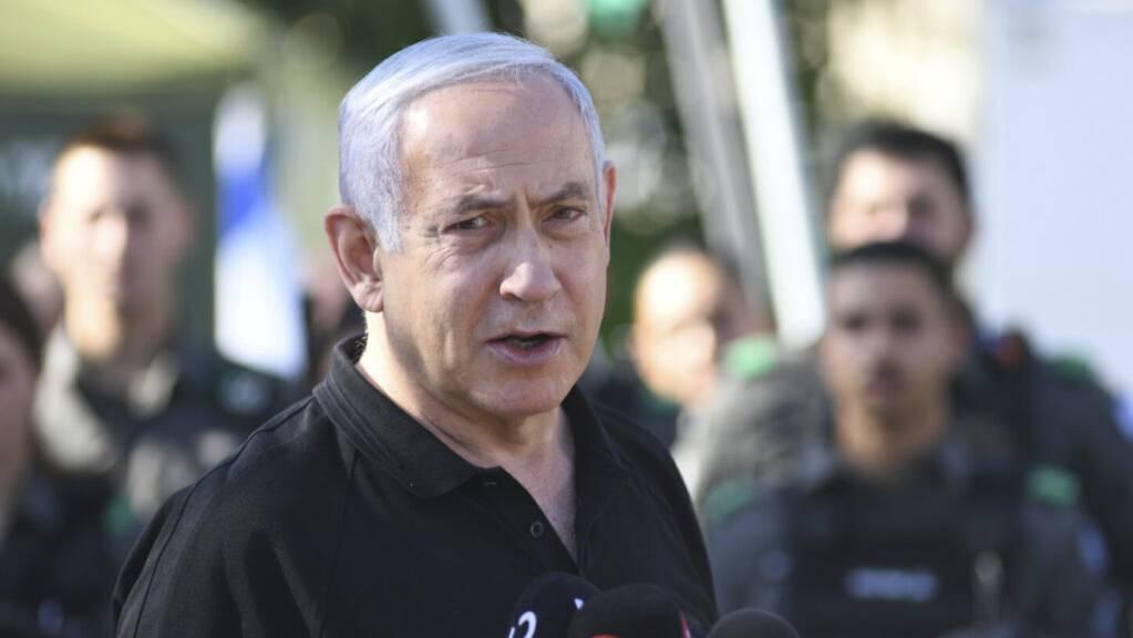 Israels Ministerpräsident Benjamin Netanjahu spricht während eines Treffens mit der israelischen Grenzpolizei.