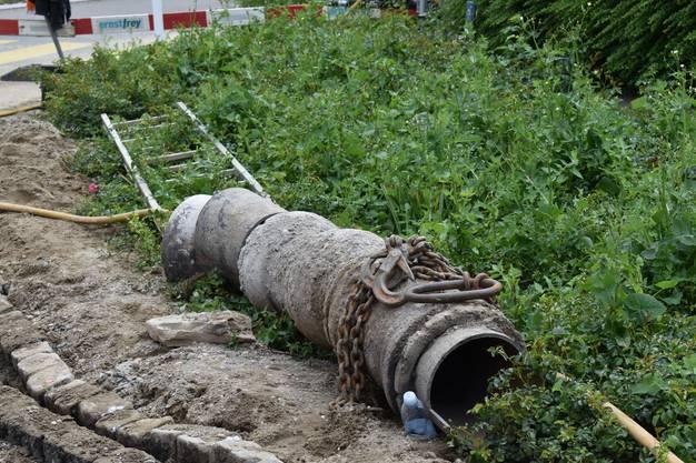 Bei Bauarbeiten am Fernwärmenetz des Energieversorgers AEW wurde am Dienstagnachmittag, 11. Juni, eine Wasserleitung am Kreisel Giebenacherstrasse/Liebrütistrases beschädigt.