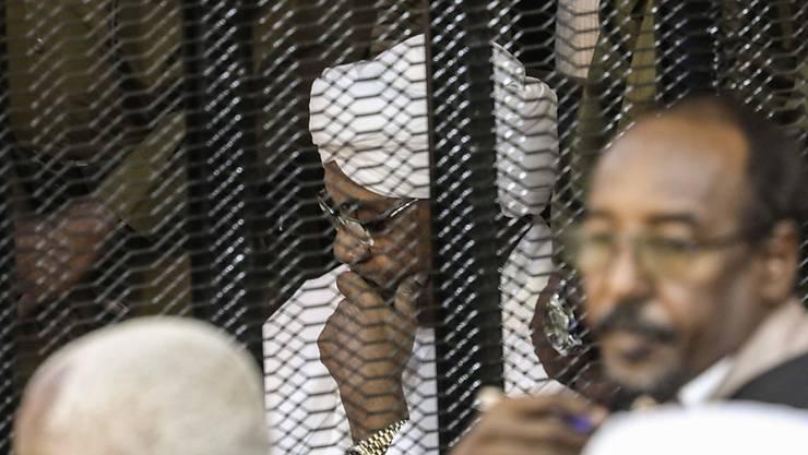 Sudans langjähriger Machthaber Omar al-Baschir (im Bild weiss gekleidet) muss sich wegen der illegalen Beschaffung und Nutzung ausländischer Gelder vor Gericht verantworten. Ein Gericht in der Hauptstadt Khartum klagte den Ex-Staatschef am Samstag formell an. (Archivbild)