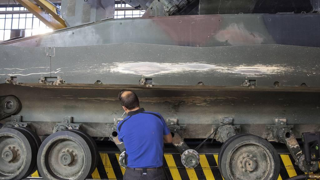 Unternehmen, die mehr als fünf Prozent ihres Umsatzes mit der Herstellung von Kriegsmaterial erwirtschaften, dürften laut Initiative nicht mehr finanziert werden. (Symbolbild)