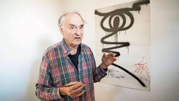Ein Künstler, der aneckt: Harald Naegeli steht vor einer Strichfigur, die er im Gefängnis gemacht hat.