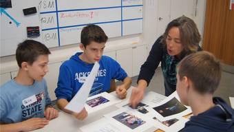«Würdet ihr dieses Bild online stellen?», fragt Mirjam Malitius drei Schüler. Präventionsarbeit wie diese Schulungslektion ist ein wichtiger Teil der SSA.