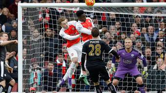 Arsenals Danny Welbeck steigt am höchsten und trifft zum spätes Sieg seines Teams