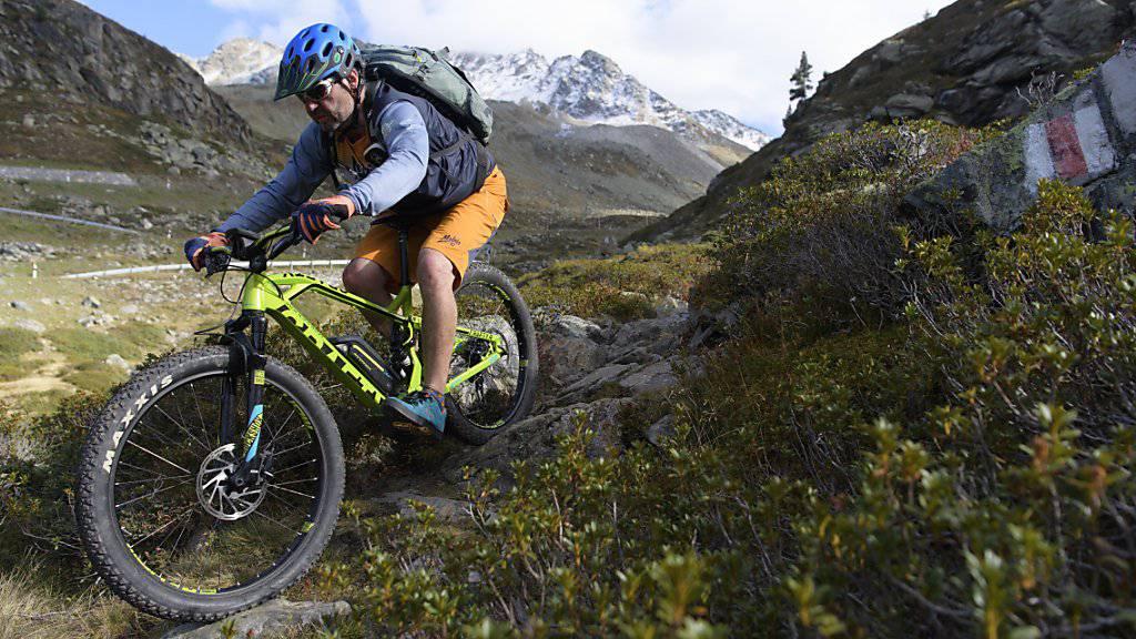 Schweiz Tourismus will die Touristen in diesem Sommer aufs Velo locken: E-Mountainbike-Fahrer am Flüelapass (Archiv)