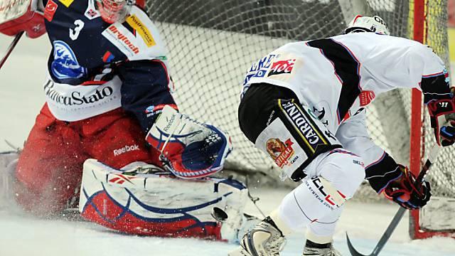 Ambri-Goalie Lorenzo Croce pariert einen Schuss von Andrej Bykow