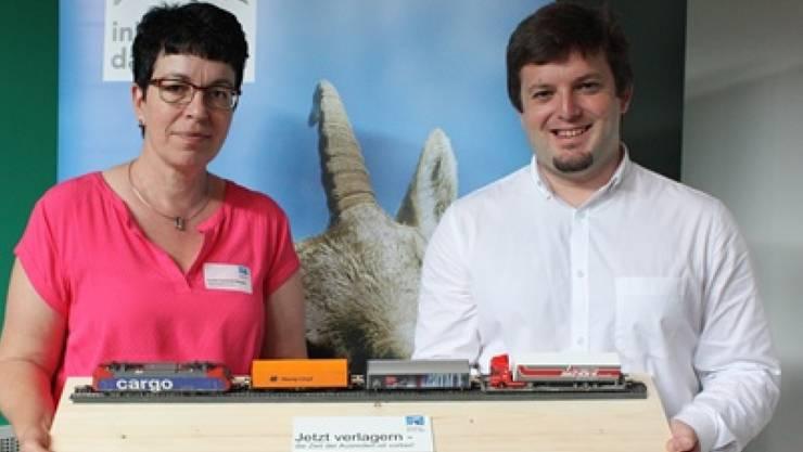 Mit einem kleinen Güterzug wollen die Geschäftsführerin der Alpen-Initiative, Lucia Lauener, und deren Präsident, Jon Pult, die Verkehrsministerin Doris Leuthard an den Auftrag zur Verlagerung der Güter auf die Schiene erinnern.