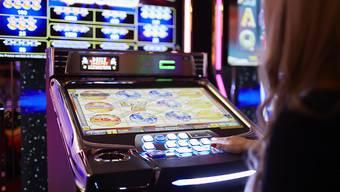 Glücksspiele bringen den Casinos am meisten Geld ein. Viele Spieler zocken aber am liebsten im Internet. Weil die Casinos selbst noch keine Onlineglücksspiele anbieten dürfen, gehen ihre Einnahmen zurück. (Symbolbild)
