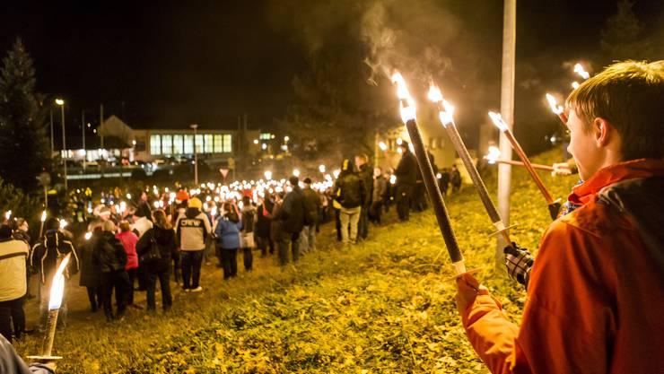 In Muhen AG haben am Dienstag Abend 29. November 2016 vor dem Gasthof Waldeck 500 Personen eine Mahnwache mit Fackeln abgehalten. Die Mahnwache richtet sich gegen ein geplantes Asylheim im Gasthof.