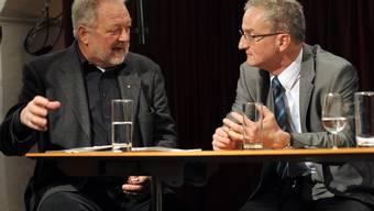 Walter Ess im angeregten Gespräch mit dem Direktor des Zuger Amtes für Arbeit- und Wirtschaft, Bernhard Neidhart. (Bild Martin Platter)