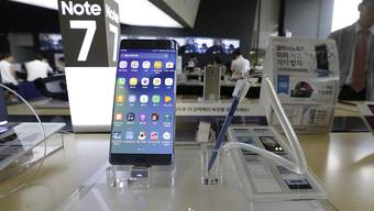 Das Smartphone Galaxy Note 7 wird wegen Brandgefahr zurückgerufen. Nun sollen Nutzer das Gerät gar nicht mehr einschalten, teilt Samsung mit.
