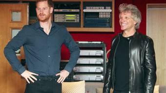 Der britische Prinz Harry und der US-Rockmusiker Jon Bon Jovi in den legendären Abbey-Road-Studios in London.