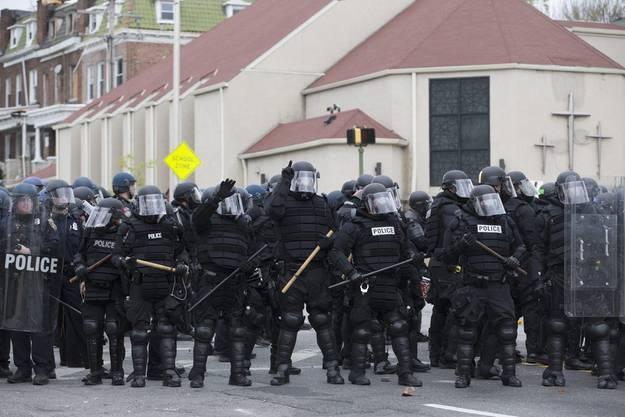Wenn die Krieger die Beschützer sein sollten. Allzu oft lösen schwer bewaffnete Polizeieinheiten friedliche Demonstrationen mit Gewalt auf.