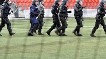 Neuenburger Polizisten in einem Fussballstadion (Archiv)