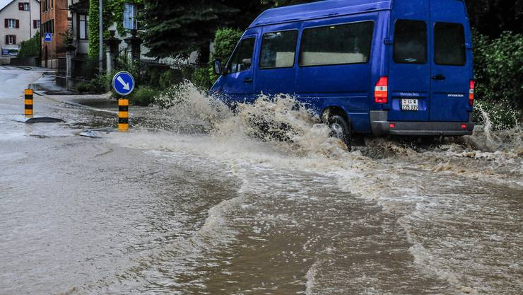 Auf der Kreuzung Bahnhofstrasse/Wohlerstrasse in Dottikon stand das Wasser knöcheltief.