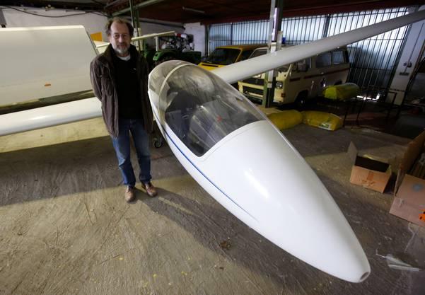 Segelflug-Mitglied Peter Rücker steht vor dem Segelflugzeug, das Co-Pilot Andreas Lubitz geflogen hat.