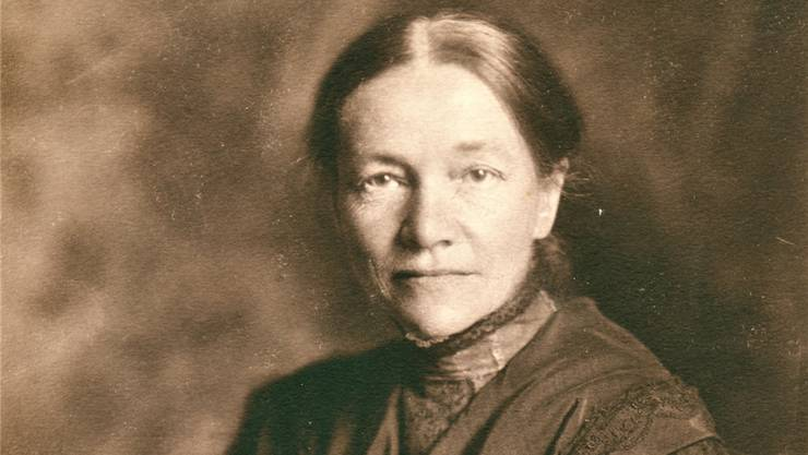 Anna Heer(1863– 1918) kam mit ihrer Familie als 14-Jährige nach Suhr und besuchte von hier aus die noch junge Mädchenbezirksschule in Aarau. Dann siedelte sie nach Zürich über und studierte, nachdem sie sich zuerst an der Kunstgewerbeschule eingeschrieben hatte, Medizin.