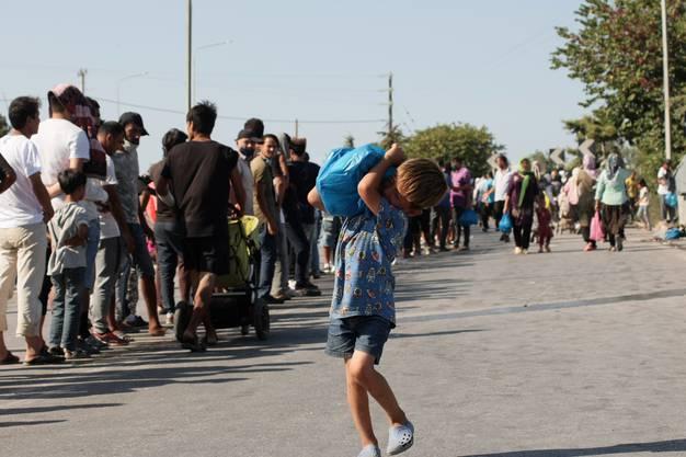 Auf Lesbos stehen die Flüchtlinge Schlange: für Nahrungsmittel, Hygieneartikel und frisches Wasser.