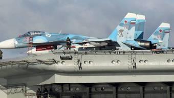 """Ein russisches Kampfflugzeug wegen eines """"technischen Fehlers"""" einige Kilometer vor dem russischen Flugzeugträger """"Admiral Kusnezow"""" abgestürzt. (Archivbild)."""