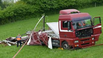 Unten wäre die Autobahn: Lastwagen in Eich rollt rückwärts einen Hang hinunter.