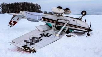 Die Cessna F152 wurde beim Überschlag im Februar 2013 stark beschädigt, der Pilot kam mit dem Schrecken davon.