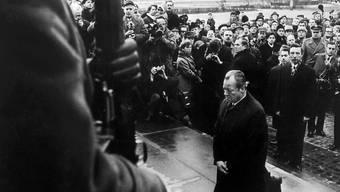 ARCHIV - Bundeskanzler Willy Brandt kniet am 7. Dezember 1970 vor dem Mahnmal im einstigen jüdischen Ghetto in Warschau. Foto: dpa