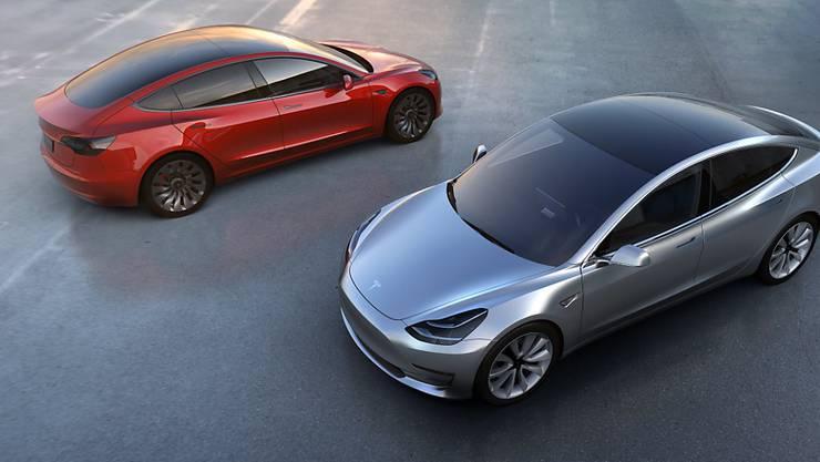 Tesla verfehlt beim S die Bestnoten. Das Tesla Model 3, das auf dem Bild zu sehen ist, soll ab Freitag in Produktion. (Archiv)