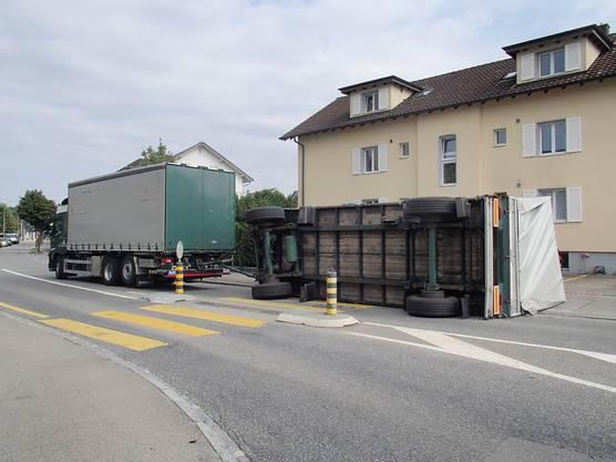 In Lenzburg ist der Anhänger eines Lastwagens umgekippt, der aus einem Kreisel gefahren war. Der Chauffeur wurde nicht verletzt.