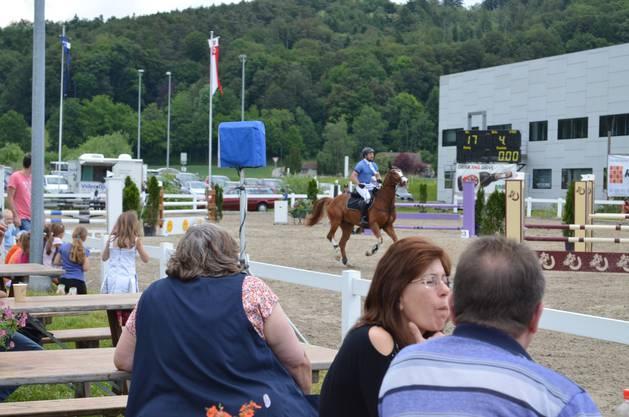 Pferdesporttage Gäste beobachten das Geschehen auf Reitplatz