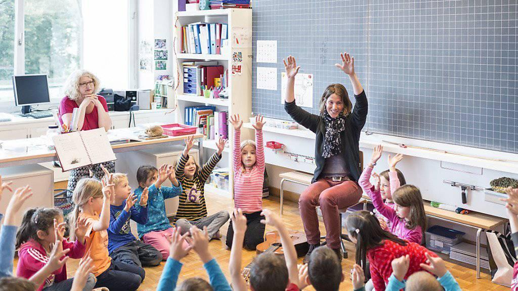 In Schweizer Schulzimmern wird es enger: Bis 2025 steigen die Schülerzahlen landesweit um rund 13 Prozent, in einzelnen Kantonen gar um bis zu 20 Prozent. (Archivbild)