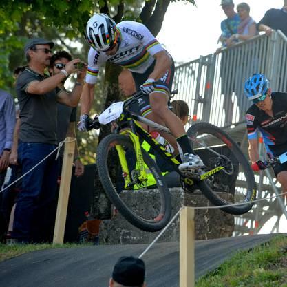 Mountainbike- Sieger Nino Schurter macht einen Satz in den Schanzengraben.