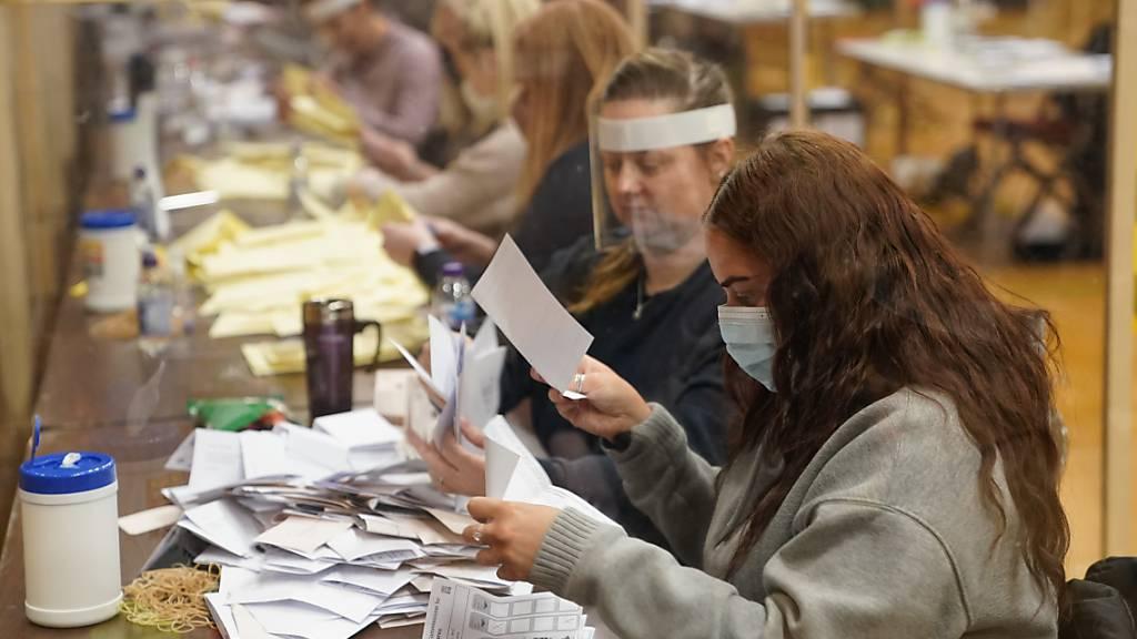Im Mill House Leisure Centre in Hartlepool werden die Wahlurnen geleert, um die Stimmen für die  Nachwahlen zum Parlament in Hartlepool und die Kommunal- und Bürgermeisterwahlen auszuzählen. Foto: Owen Humphreys/PA Wire/dpa