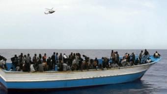 Ein Flüchtlingsschiff vor Lampedusa (Archiv)