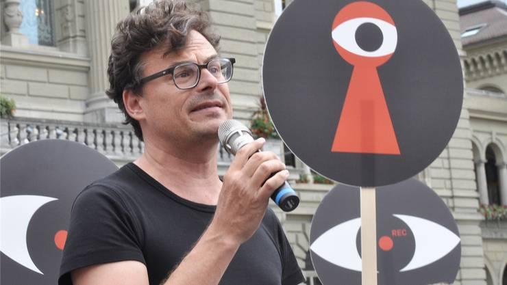 Wecollect-Gründer Daniel Graf bei der Einreichung des Referendums gegen die Sozialdetektive.