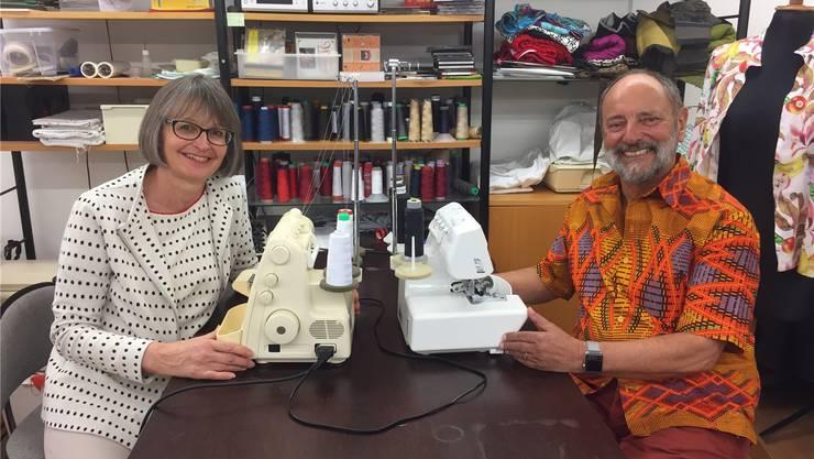 Brigitta Gwerder mit Mike Perrenoud und seinem selbst genähten Hemd im Näh-atelier in Rieden bei Baden. skn