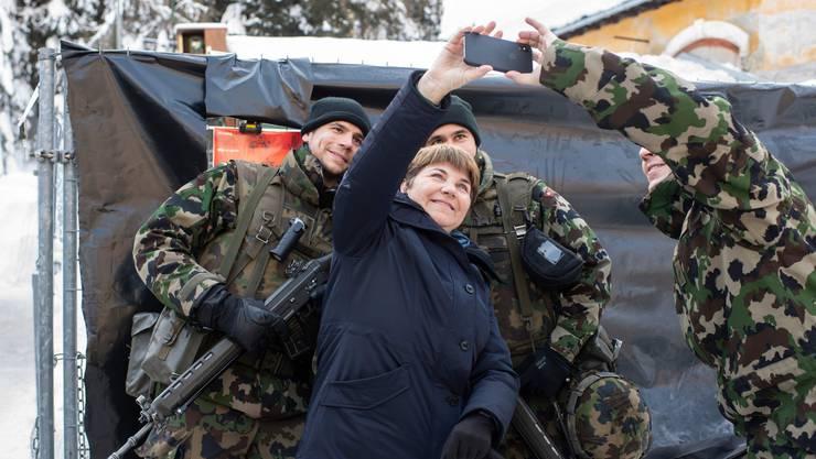 Viola Amherd mit Armeeangehörigen am WEF.