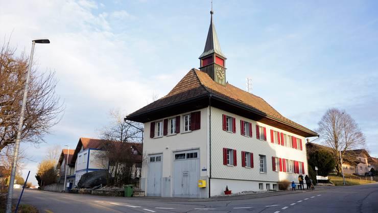 Das Dorfzentrum rund um das alte Schulhaus und die Gemeindeverwaltung soll gestärkt und attraktiviert werden.