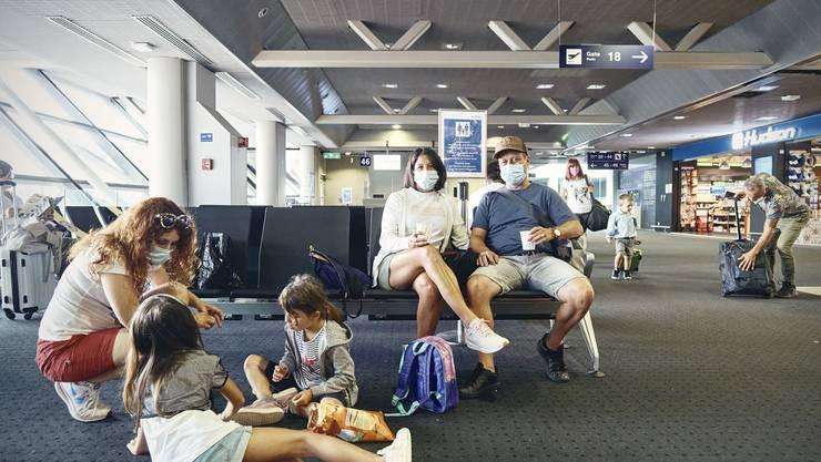 Warten auf den Abflug: In den Familienzonen am Euro-Airport muss kein Abstand eingehalten werden.