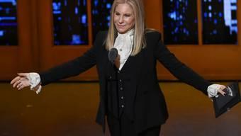 Die 79-jährige US-Sängerin Barbra Streisand musste ihren Führerschein verlängern und ist durch die Prüfung gerasselt. Sie sei schon länger nicht mehr Auto gefahren und sehr nervös gewesen. (Archivbild)