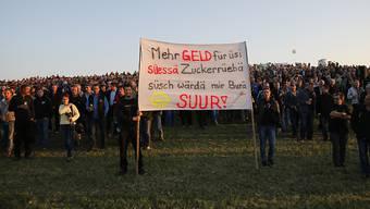 Rund 2000 Landwirte protestieren auf einem Feld in Kirchberg BE gegen die tiefen Preise für ihre Zuckerrüben.