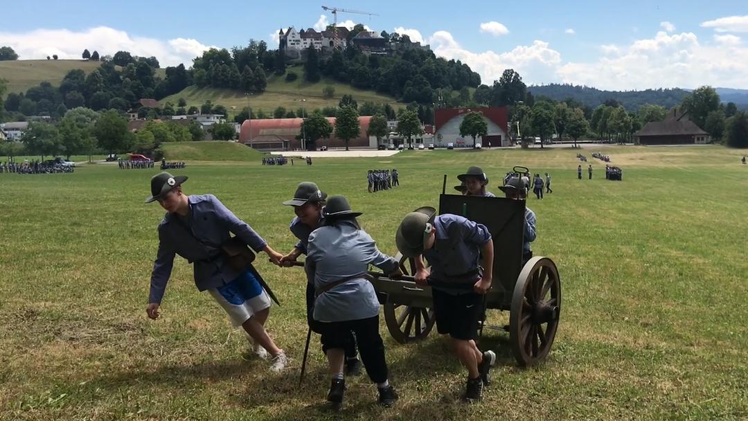 Die Lenzburger Kadetten exerzieren auf der Schützenmatte