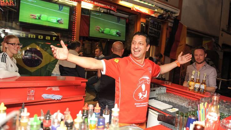Barkeeper Jerry von der Jerry's Bar ist in seinem Element.