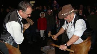 Mit seinem Sohn Adrian wird Hans Mahrer (r.) auch heute Abend zum Jahreswechsel ein Hufeisen schmieden.