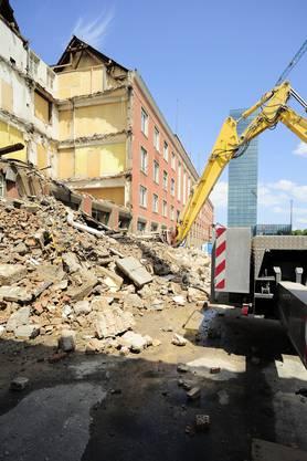 Juli 2011: Die Abrissarbeiten zum Neubau der Messe Basel laufen, schon ist ein Teil des ehemaligen Restaurant l'escale abgerissen (Kenneth Nars)