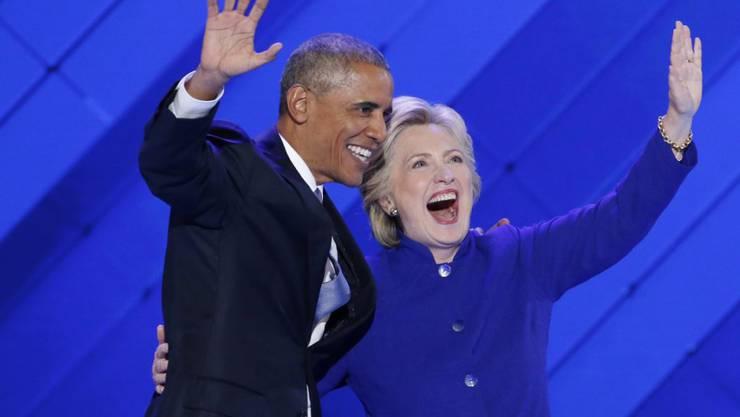 Wird sie seine Nachfolgerin? Präsidentschaftskandidatin Hillary Clinton und Präsident Barack Obama winken den Delegierten der US-Demokraten nach Obamas Rede am Parteitag zu.