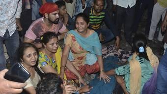 Angehörige von Opfern des Zugtragödie bei Amritsar im indischen Bundesstaat Punjab sind fassungslos.