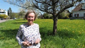 Elisabeth Rohner auf ihrem Grundstück in Bad Zurzach. Sie strebt eine Beschwerde gegen die Ostumfahrung an.